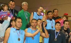 Los Campeones recibieron su trofeo ganado.