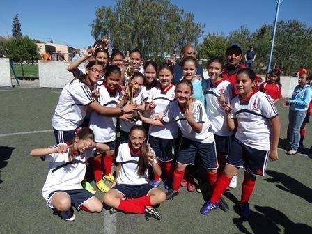 Las Campeonas del Vivir con su trofeo.