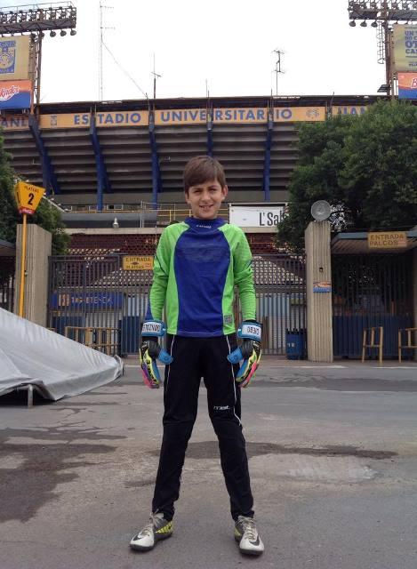 Diego afuera del Estadio Universitario, casa de los Tigres.