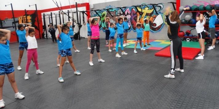 La instructora Jasia Flores realizó diversos ejercicios con las participantes.