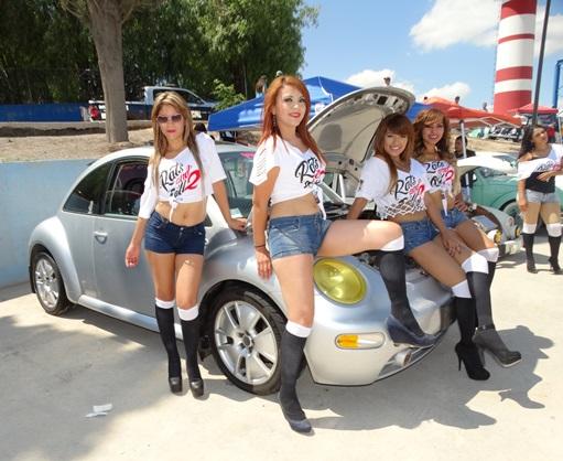 Como en todo evento de autos no faltaron las bellas edecanes.