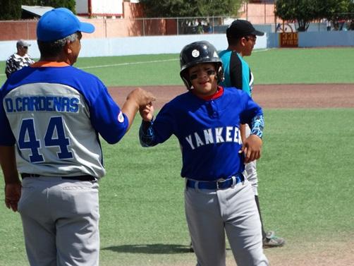 David Cardenas, de Yankees, saluda a su coach y papá, tras tener un turno al bat.