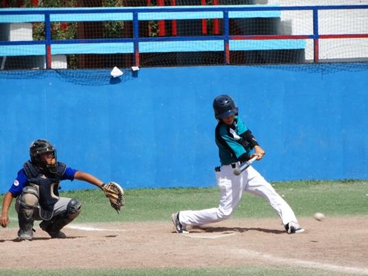 """Luis Carlos """"Pichi"""" Martínez conecta la bola durante su turno al bate por Saraperitos."""