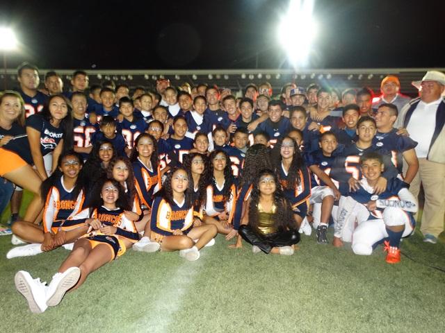 Porristas y jugadores del Club Broncos.