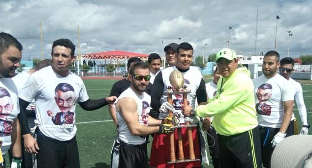 Los jugadores de Rompecorazones reciben el trofeo de Campeones.