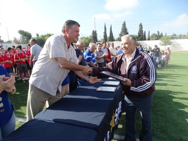 El profesor Oscar Martínez Díaz recibió recientemente un reconocimiento en la inauguración de la Liga La Salle de Futbol.