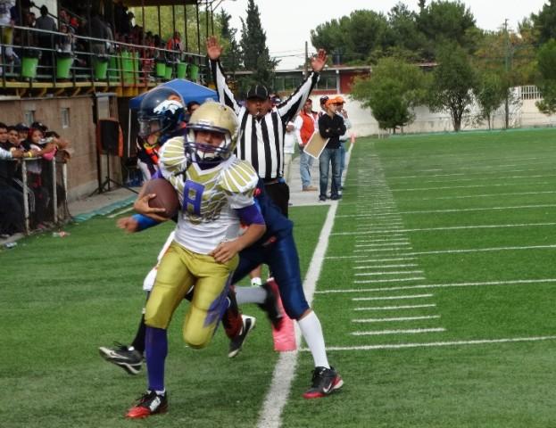 Axel Cepeda (8), de Aguilas de Saltillo, consigue una de sus dos anotaciones en el juego de la categoría Junior.