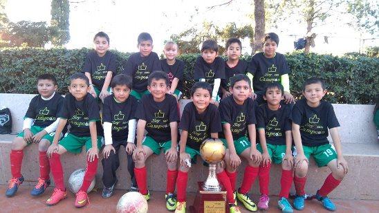 Los jugadores del Colegio México posan con el trofeo de Campeones.