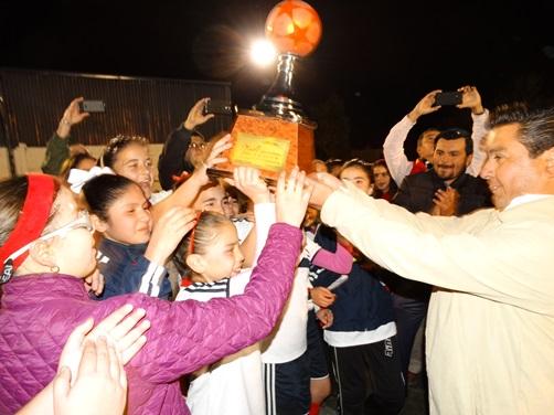 Las jugadoras del Instituto Vivir reciben el trofeo de Subcampeonas.