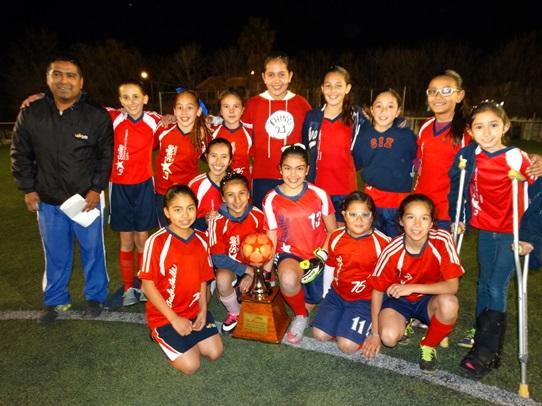 Las Campeonas del CIZ con el máximo trofeo de la categoría Primaria Femenil.