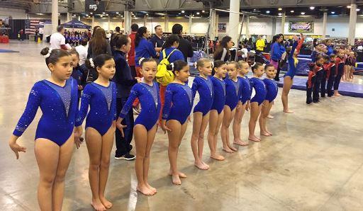 Otro grupo de gimnastas de la academia durante el evento.