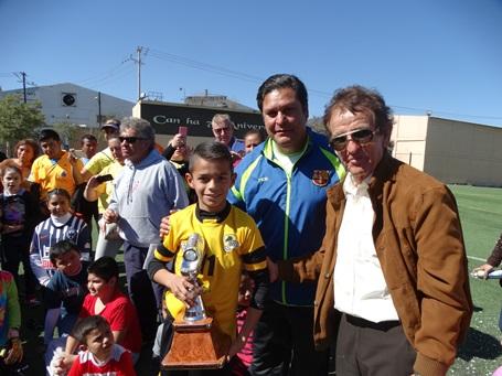 Juan Antonio Flores Barrera y Erubiel Valdés premian al Campeón Goleador de la categorpia 2005, Felipe Licona, de Rancho Seco.