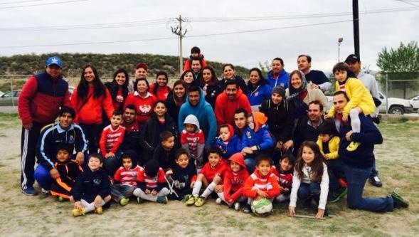 Los jugadores de Guerreros 2010 con sus familiares. Mañana jugarán la Semifinal.