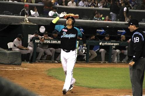 Cristian Zazueta festeja en home su jonrón vs Reynosa