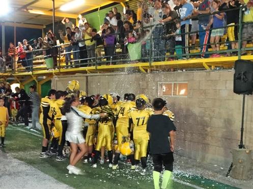 Los jugadores de Acereros son bañados con espuma tras su triunfo en la categoría Ardillas.