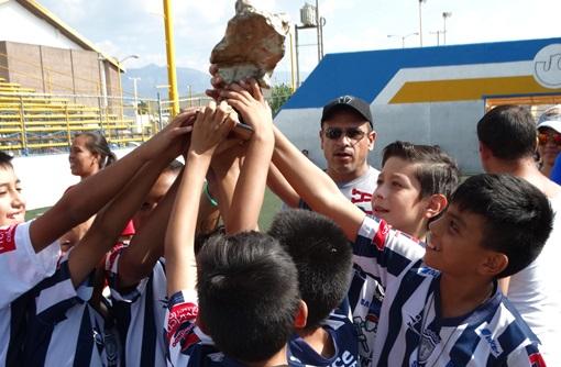 Los jugadores de Tuzos Saltillo celebran tras recibir el trofeo de Campeones de la categoría 2005.