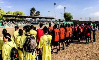 Los futbolistas participantes en la ceremonia de inauguración de la Copa Tupy.