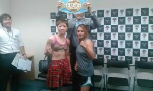 """Mary """"Polvorita"""" Salinas y  Naoko Shibatala ceremonia del pesaje y está lista para enfrentar este sábado en Tokio, Japón a la nipona Naoko Shibata en pelea de revancha por el Campeonato Mundial Mini Mosca de la FIB."""