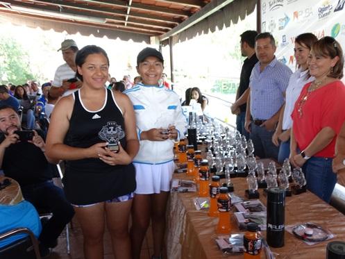 Cinthia Contreras y Wendy Gámez con su trofeo de Campeonas de Dobles.