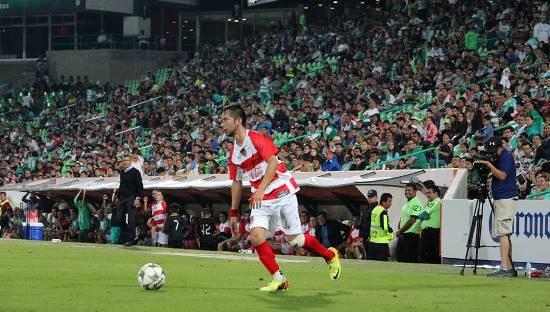 ERl futbolista saltiollense Christian Alan González conduce el balón durante su participación en el juego contra las Leyendas del Santos Laguna.