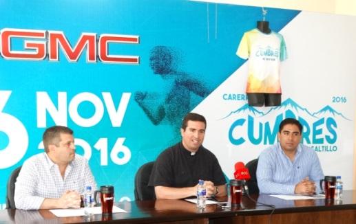 El padre Juan Antonio Ruiz, Isidoro García, director de Grupo Rosei y Enrique Rangel, director de la Agencia GMC, durante la presentación de la carrera.
