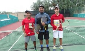 Los tenistas Luis Antonio Malacara Payán y Emiliano Destanave con su instructor Luis Marcelo García.