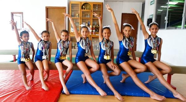 Grupo de gimnastas de Clase 2, Campeonas por Equipos en la Copa de Cancún.