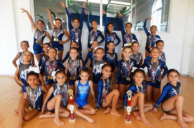 Las gimnastas de la Escuela de Gimnasia Olímpica de Saltillo con sus medallas y trofeos ganados en Cancún.