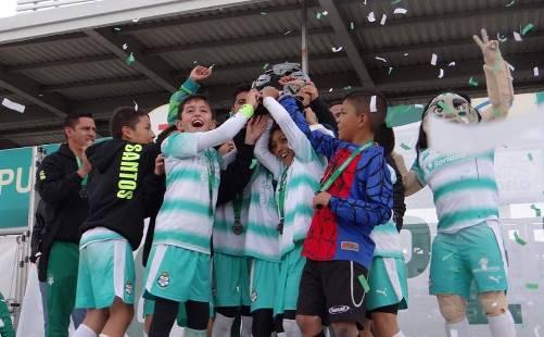 Los jugadores de Santos Saltillo recibe el Trofeo de Campeones.
