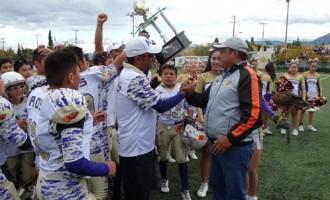 Los Campeones de la categoría Peewee reciben  el máximo trofeo de manos de Iván Vázquez, presidente de la AFAIS.