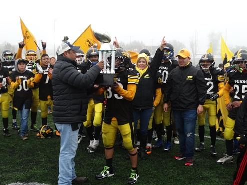 Los Pumas reciben el trofeo de Campeones de la categoría Junior de manos de Iván Vázquez, presidente de AFAIS.