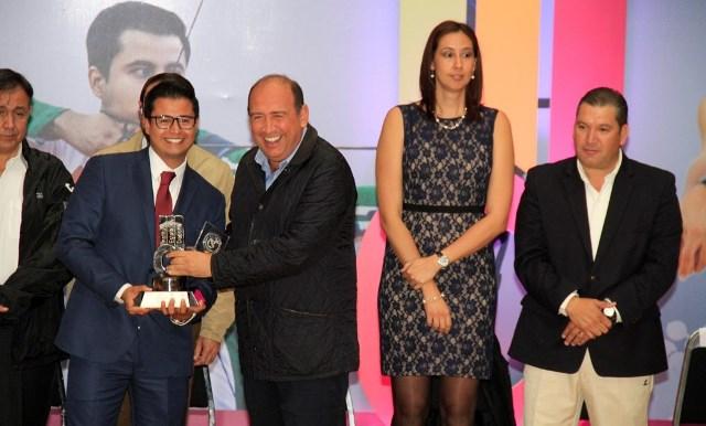 Iván González Tobías es premiado como Mejor Atleta Absoluto por el Gobernador Ruben Moreira.