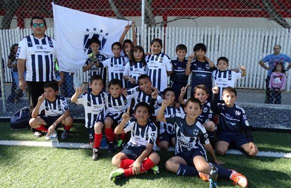 Los integrantes del equipo CF Saltillo Rayados, Campeones de la categoría de Tercero y Cuarto de Primaria.