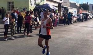 Edgar Ariel Quintero a su llegada a la meta en la primera posición general.