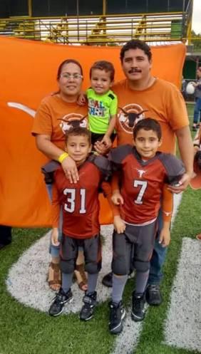 Los dos jugadores con los colores del Club Cuernos Largos, con ellos sus papás y su hermano menor Eliud.