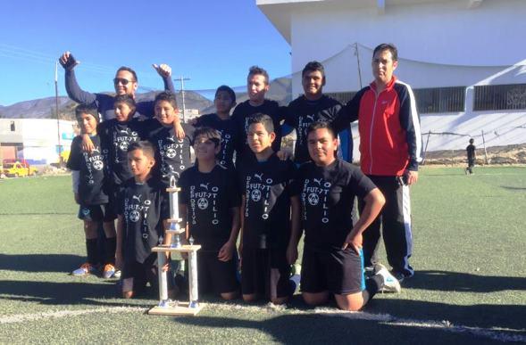 El equipo Nike Soccer con el Trofeo de Campeones.