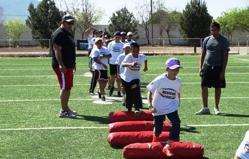 Los jugadores participaron en las rutinas que les pusieron los ex NFL, como Rolando Cantú (izq.), quien jugó con los Cardenales de Arizona.