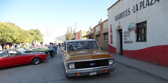 Camionetas y carros clásicos se concentraron en la plaza principal y alrededores en San Antonio de las Alazanas.