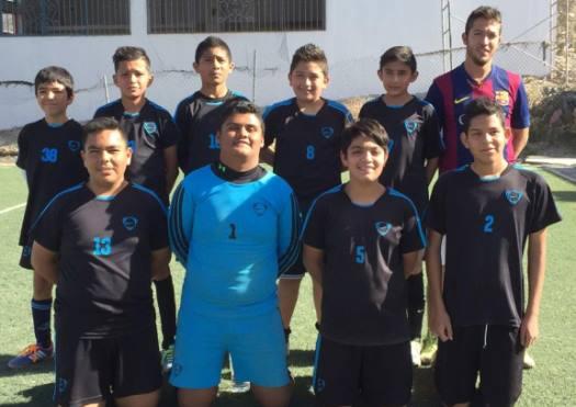 Los Campeones Nike Soccer con el máximo trofeo ganado en el torneo de Futbol der la Liga Otilio.