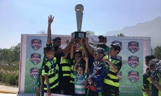 Los santistas levantan el trofeo de Campeones.