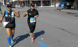 Judy Cedillo (der.) durante su participación en el Maratón LALA 2017 con una compañera.