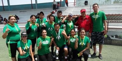 Los integrantes del equipo Arrows posan con su medallas y trofeo ganado.