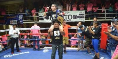 """Mayela """"La Cobrita"""" Pérez es levantada en hombros por su manager Oscar Soberón tras ser declararada ganadora de la pelea."""