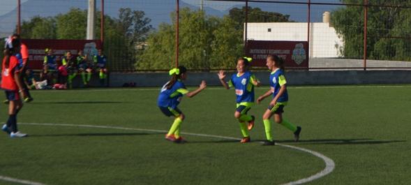 Las jugadores de Cumbres Alpes celebran uno de sus goles en la Semifinal.