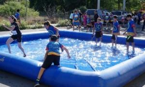 Los niños disfrutaron de una carrera muy divertida.