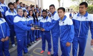 Los deportistas de la UAdeC fueron abanderados por el rector Blas José Flores Dávila.