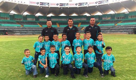 Los peloteritos de la Academia Saraperos se tomaron la foto oficial en el Parque Madero, antes de partir a Mazatlán.