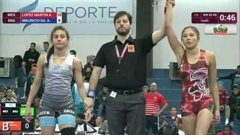La saltillense Andrea López (der.) al ganar uno de sus combates ante la representante de Brasil.
