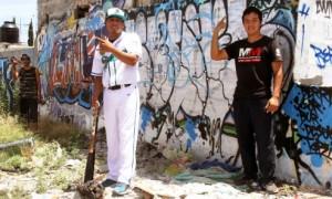 _Javier Mireles posa en las paredes de Privada las Torres