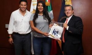 La deportista con el rector de la UAdeC Blas José Flores Dávila y con David Hernández   Barrera, coordinador General del Deporte de esta casa de estudios, antes de partir a la concentración con el equipo nacional.
